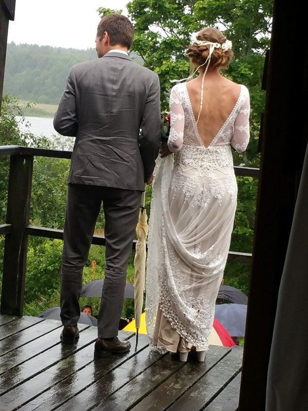Frägsta Hälsingegård bröllop - Brudparet blöta men glada!