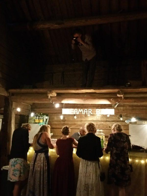 Frägsta Hälsingegård bröllop - Gäster vid baren