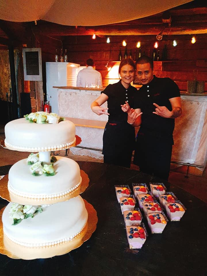 Personalen glad att servera tårtan